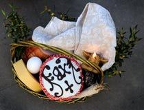 Корзина пасхи, яичка, правоверная пасха, Стоковая Фотография RF