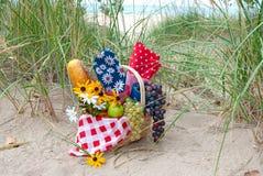Корзина пикника в песке пляжа стоковые изображения
