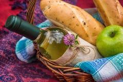 Корзина пикника на красном взгляд сверху одеяла Яблоки, белое вино Стоковое Фото