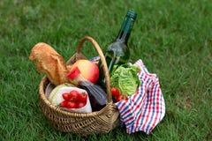 Корзина пикника с вином, хлебом, овощами Стоковые Изображения RF