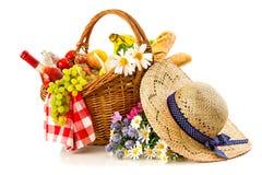 Корзина пикника с хлебом и вином плодоовощ Стоковое Изображение