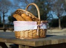 Корзина пикника с хлебом и вином Стоковое Фото