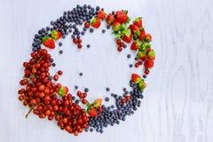 Корзина плодоовощей: клубники, голубики, ежевики, виноградины Стоковые Фото