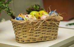 Корзина покрашенных яичек Стоковое Изображение