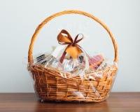 Корзина подарка на серой предпосылке Стоковое Фото