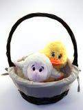 Корзина при утенок и овечка сидя внутрь стоковые фотографии rf