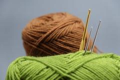 Корзина пряжи вязания крючком, tassel и крюка вязания крючком Стоковое Изображение