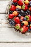 Корзина плодоовощей: клубники, голубики, ежевики, виноградина Стоковые Фото