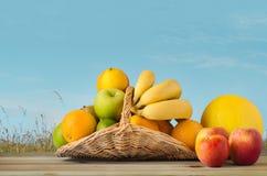 Корзина плодоовощ под голубым небом Стоковая Фотография