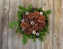 Корзина рождества с украшениями на деревенских деревянных досках Стоковая Фотография RF