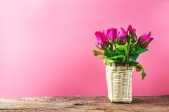 Корзина розовых роз декоративных для валентинки и wedding тона сладостной концепции влюбленности винтажного на пинке Стоковое Фото