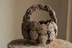 Корзина руки сделанная конусов сосны Стоковая Фотография