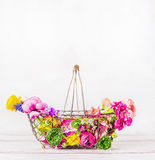Корзина сада с красивым различным красочным садом цветет на белой деревянной предпосылке, вид спереди Садовничать лета стоковое изображение rf