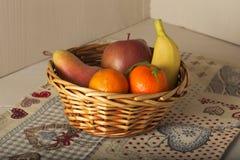 Корзина свежего сезонного плодоовощ, мандарина, яблока, груши, банана Стоковая Фотография