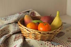 Корзина свежего сезонного плодоовощ, мандарина, яблока, груши, банана Стоковые Изображения RF