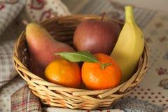 Корзина свежего сезонного плодоовощ, мандарина, яблока, груши, банана Стоковое Изображение