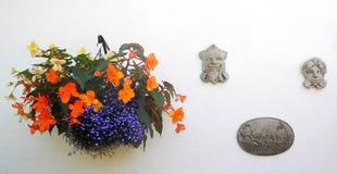 Корзина смертной казни через повешение стены, с вычисляемыми металлическими пластинками стоковые фото