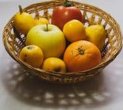 Корзина сортированных сезонных плодов стоковое фото rf