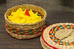 Корзина сплетенной соломы с желтой бумагой стоковые изображения