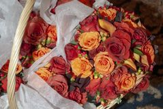 Корзина с букетами свадьбы стоковые фото