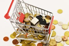 Корзина с евро и долларами монеток изолированных на белой предпосылке, цели продаж достигла концепцию стоковая фотография rf