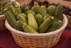 Корзина с зеленым цукини стоковое изображение rf