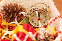 корзина с игрушками рождества и руками часов Стоковая Фотография