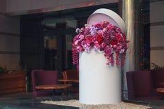 Корзина с искусственними цветками Стоковое Изображение RF
