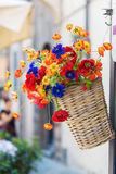 Корзина с искусственними цветками Стоковое фото RF