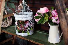 Корзина с искусственными цветками, красивая Провансаль Стоковая Фотография