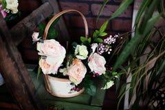 Корзина с искусственными цветками, красивая Провансаль Стоковые Изображения