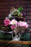 Корзина с искусственными цветками, красивая Провансаль Стоковое Изображение