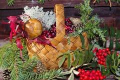 Корзина с осенью приносить, ягоды, грибы, рябина стоковое фото rf