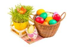 Корзина с пасхальными яйцами и керамическим цыпленком Стоковое фото RF