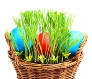 Корзина с пасхальными яйцами. стоковое изображение rf