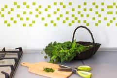 Корзина с свежими травами на верхней части кухни Стоковые Изображения