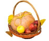 Корзина с тыквой и яблоками Стоковое фото RF
