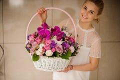Корзина с цветками differnet в руках девушки стоковое изображение rf