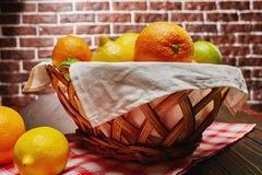 Корзина с цитрусовыми фруктами Стоковое фото RF