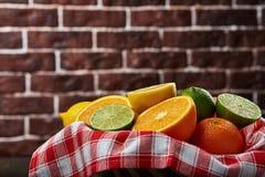 Корзина с цитрусовыми фруктами Стоковые Фотографии RF