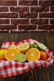 Корзина с цитрусовыми фруктами Стоковое Фото
