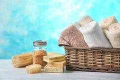 Корзина с чистыми полотенцами, мылом и солью моря стоковое фото rf