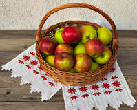 Корзина с яблоками Стоковая Фотография