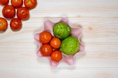 Корзина томатов на варить таблицы Стоковые Фотографии RF