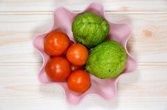 Корзина томатов на варить таблицы Стоковые Изображения