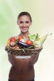 Корзина удерживания женщины с овощем Стоковые Изображения RF