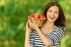 Корзина удерживания женщины с яблоками Стоковые Фотографии RF