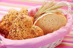 корзина хлебопекарни ассортимента стоковые изображения rf