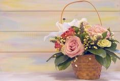 Корзина цветка против деревянной предпосылки Стоковые Фотографии RF