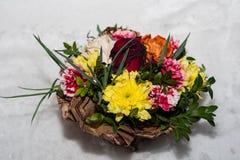 Корзина цветков в снеге Стоковое Фото
